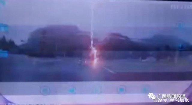 男子骑车时遭遇雷击,马路都被炸出一个大坑